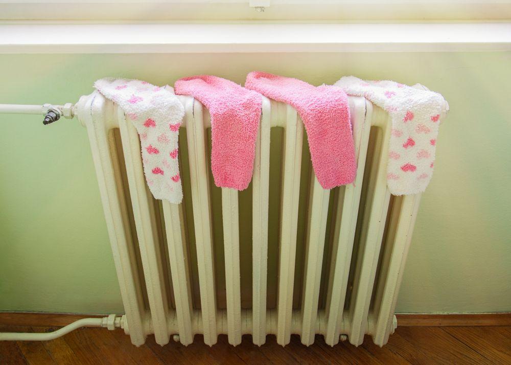 Regularne suszenie prania nagrzejniku tozły pomysł: ciepło zostanie zużyte naodparowanie wody, anie naogrzanie mieszkania! Fotolia.com | #128413929 | Autor: misalukic